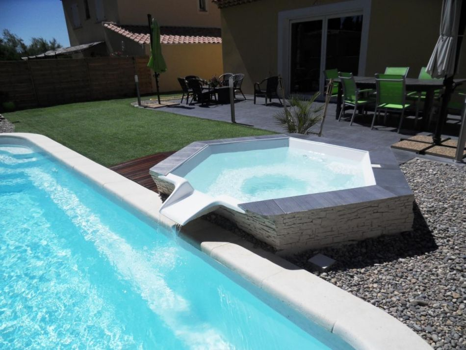 Spa int gr piscine mais plus haut for Piscine coque volet integre