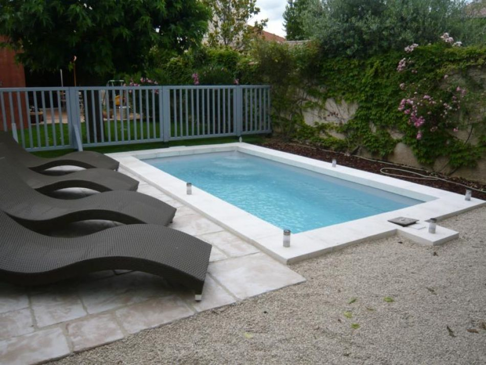 Petite piscine coque piscine polyester rectangulaire for Piscine polyester